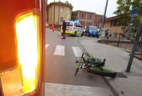 Scontro tra auto e bici in via Torresi, ciclista finisce a Torrette