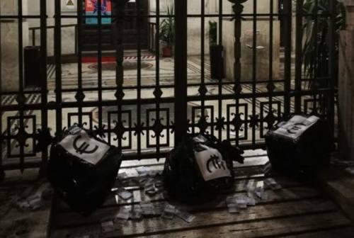 Sacchi di denaro finto davanti al Comune di Ancona, esplode il caso politico