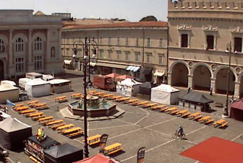 Cibi etnici in piazza durante il Rossini Opera Festival, è polemica a Pesaro