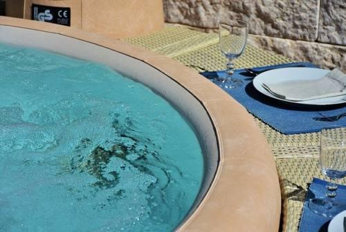Bollicine e benessere: come scegliere la vasca idromassaggio adatta alla tua casa