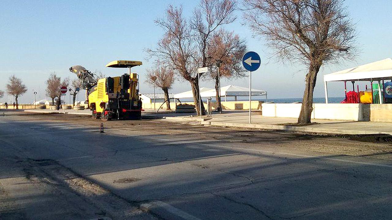 Il cantiere mobile per i lavori sul lungomare Da Vinci, a Senigallia, per la pista ciclabile