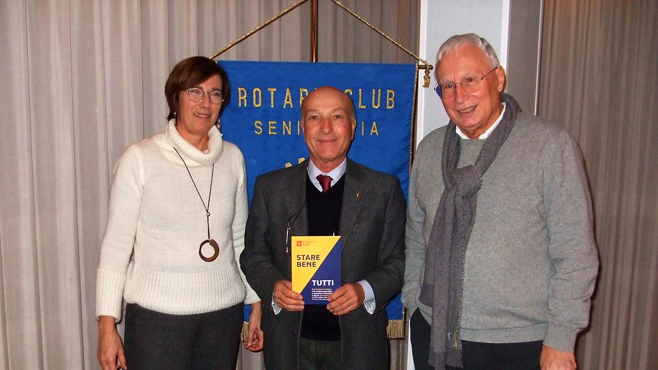 I responsabili dell'ambulatorio solidale Paolo Simone-Maundodè di Senigallia Emanuela Sbriscia Fioretti (a sinistra) e Walter Mariotti (a destra); al centro il presidente del Rotary club Massimo Spadoni Santinelli