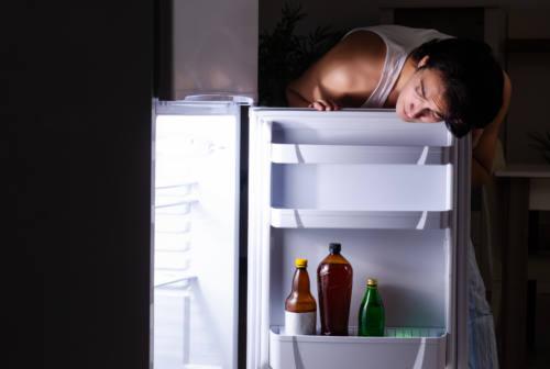 """Il cibo come rifugio: la """"fame nervosa"""". Ecco cos'è e come gestirla"""