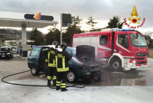 Auto in fiamme nel distributore, intervengono i pompieri