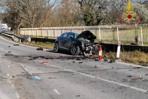 Scontro frontale tra un'auto e un Tir a San Severino, 42enne in eliambulanza a Torrette