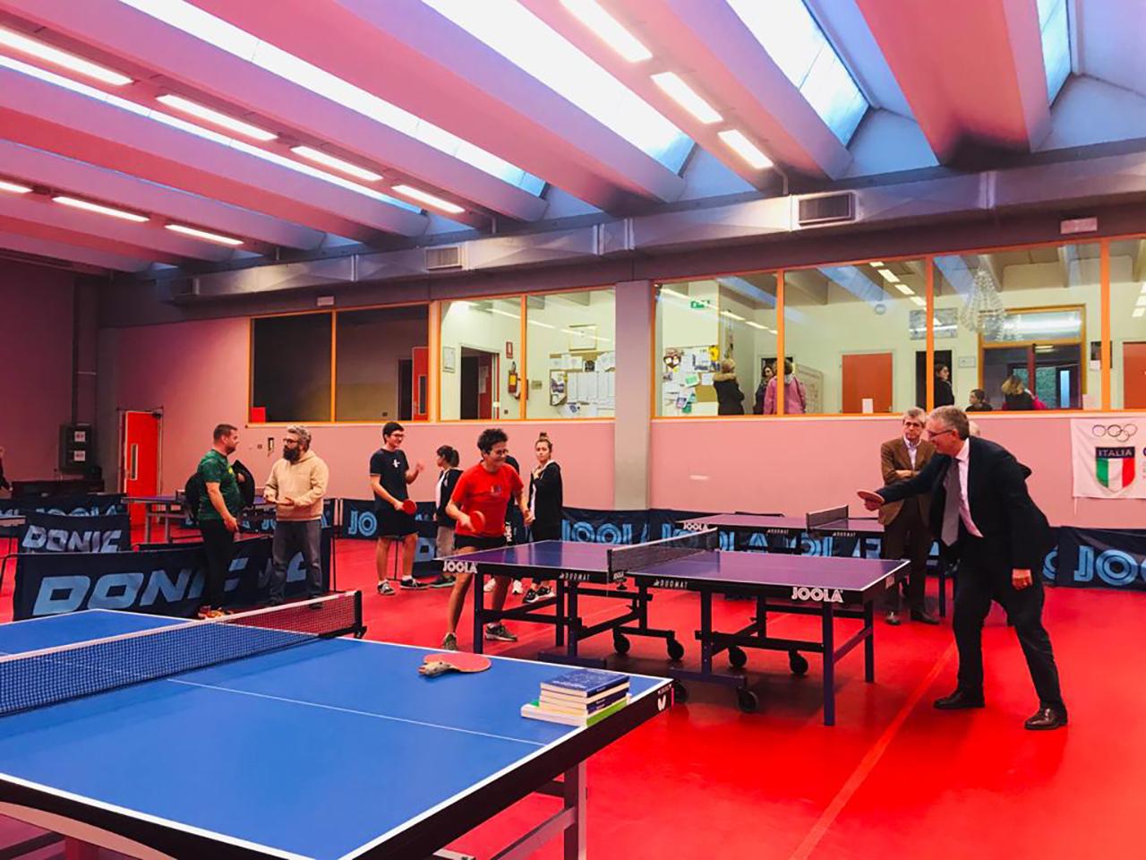 Sabrina Moretti sfida a ping pong il presidente Luca Ceriscioli