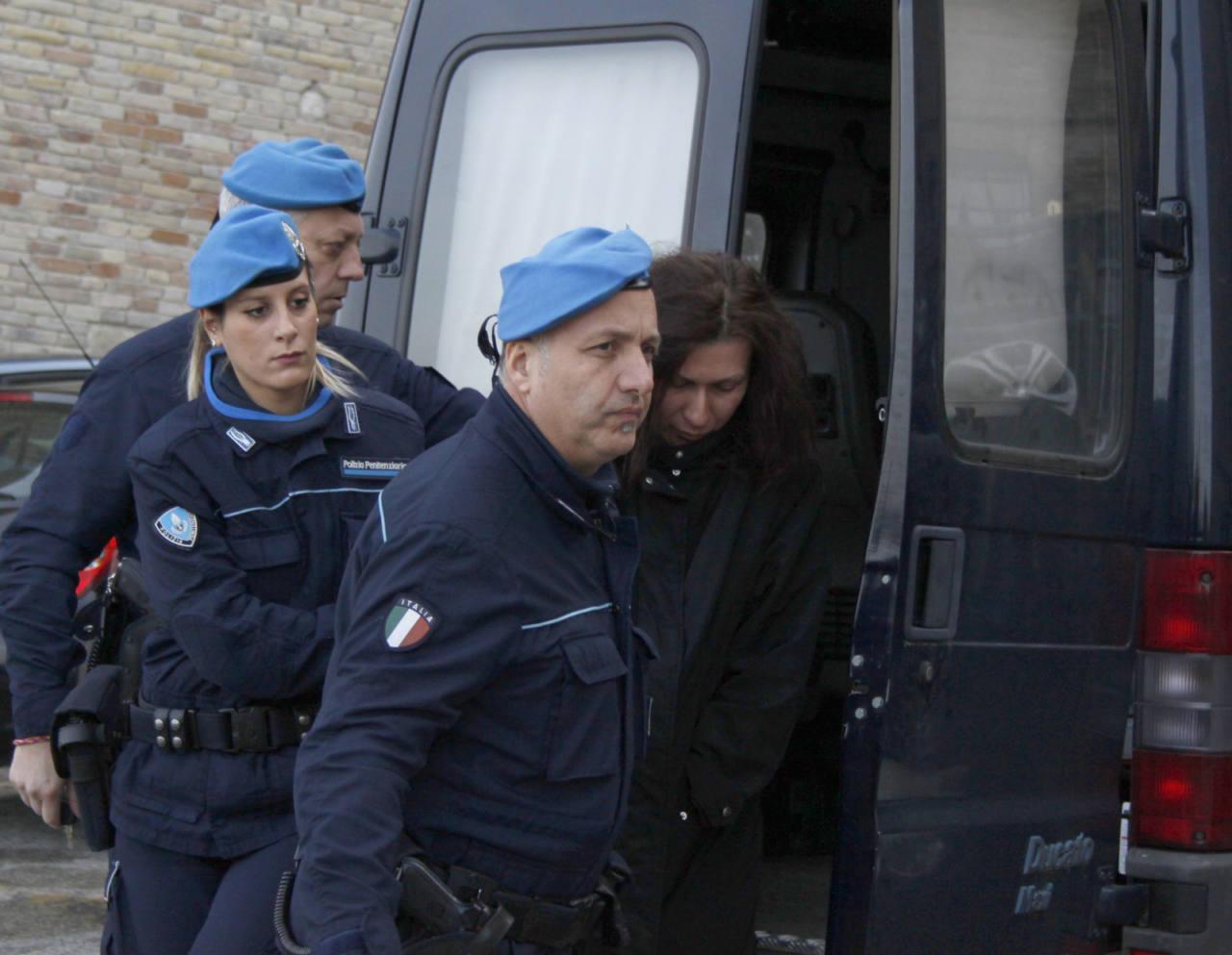 Pavlina Mitkova, madre della bambina morta nel rogo di Servigliano, scortata dagli agenti