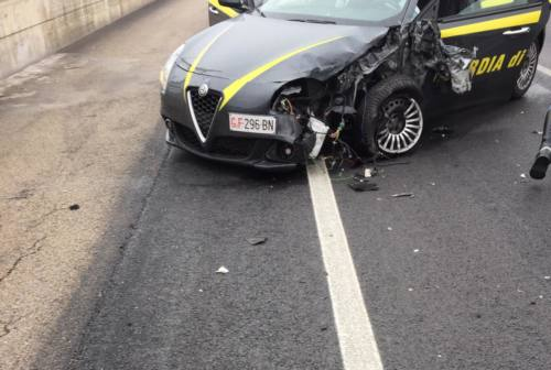Schianto tra un'auto e una pattuglia della finanza, 3 feriti