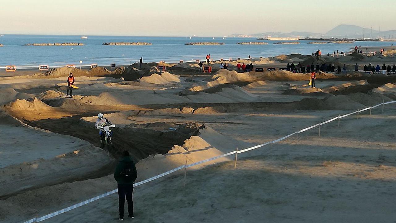 Moto da cross nella pista sulla spiaggia di Senigallia (edizione 2019)