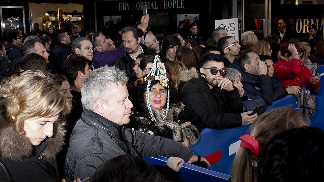 """""""Sanremo Zeitgeist"""" di Guido Calamosca: donna tra la folla"""