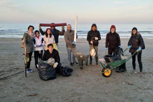 Pulizia delle spiagge e riciclo della plastica: è nato il Movimento delle Cariole