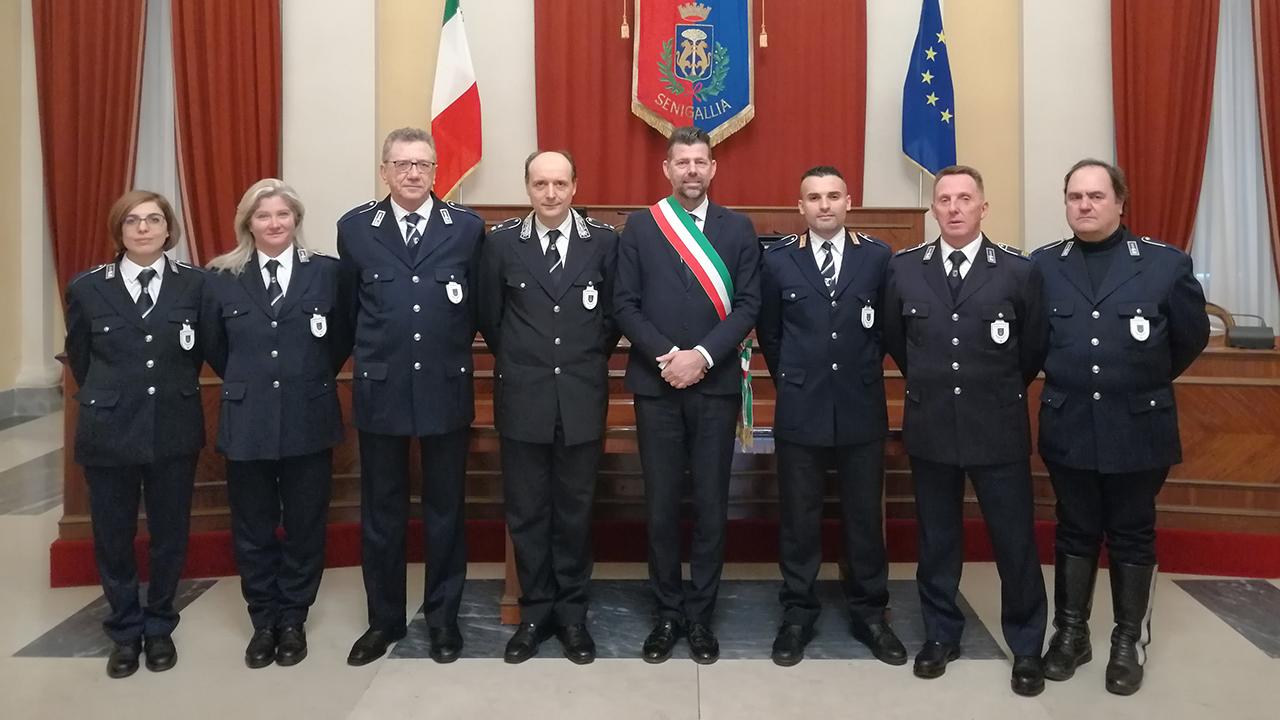 Gli agenti della Polizia locae ricevuti dal sindaco di Senigallia Mangialardi