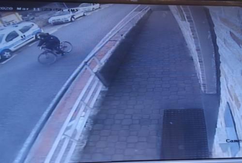 Fano, ruba la bici di un anziano davanti alla caserma della polizia locale. Patteggia