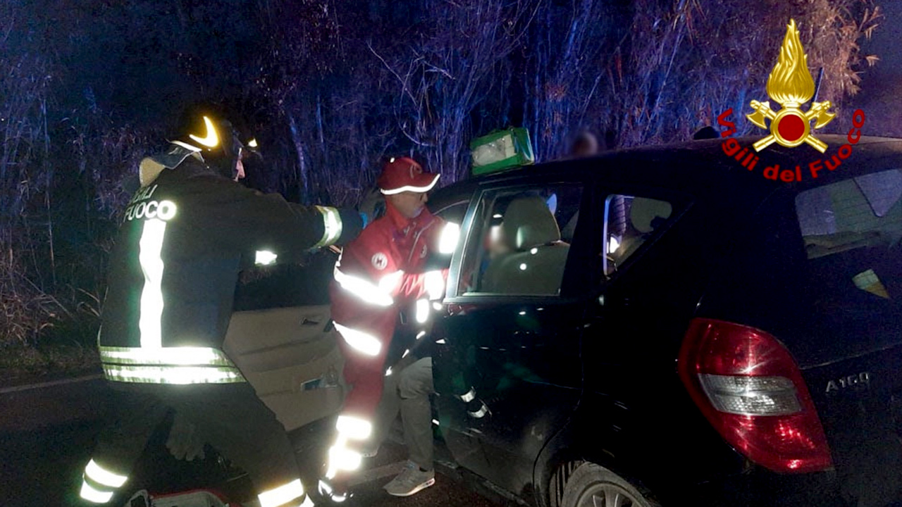I soccorsi da parte di Vigili del fuoco e Croce Rossa a uno dei feriti a Senigallia