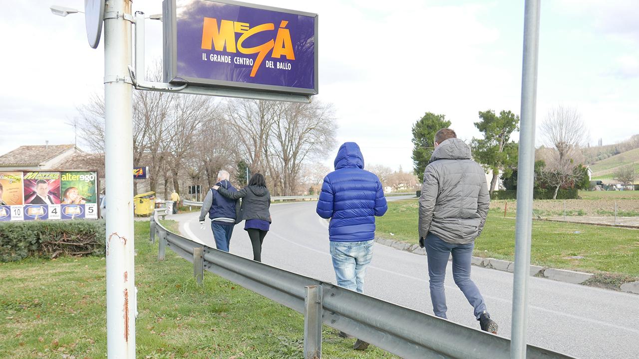 Alcuni parenti delle vittime nei pressi della discoteca Megà di Senigallia