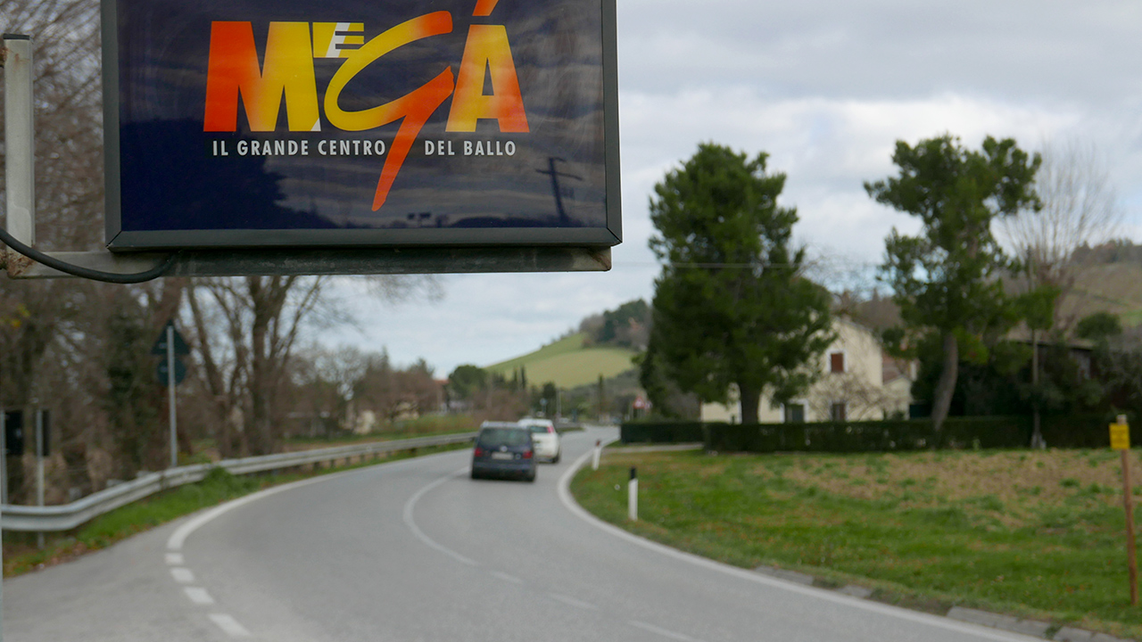 La strada provinciale Arceviese a Senigallia, davanti alla discoteca Megà