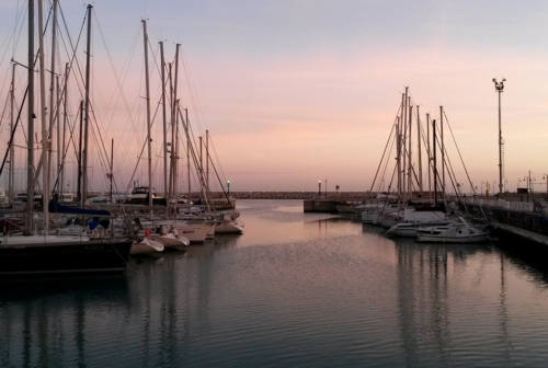 Senigallia, tuffi dal porto vietati: scattano le prime multe
