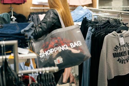 Senigallia, i negozi nei centri commerciali protestano contro le scelte imposte dal governo