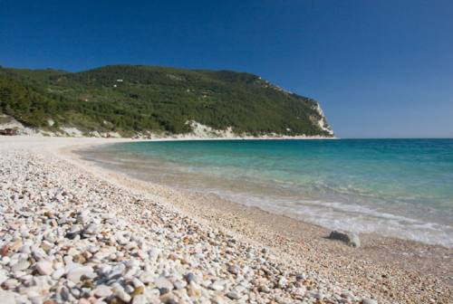 Sirolo: in scena la pulizia della spiaggia di San Michele