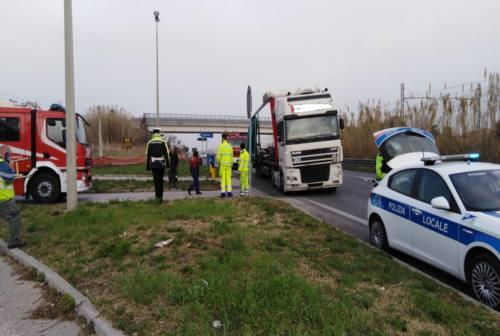 Osimo, ennesimo incidente sulla statale 16: tir perde lastre di ferro sulla strada. E si alza la polemica