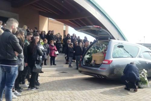 Civitanova, in centinaia per l'ultimo saluto a Cristina: «Pianteremo queste rose in tuo ricordo»