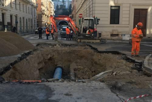 Ancona, tubatura rotta e cittadini rimasti a secco: «Senza acqua ci arrangiamo come possiamo» – VIDEO