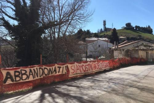 «Il Comune vi dona degrado, io vi dono 1 centesimo». Nuova protesta a Sappanico