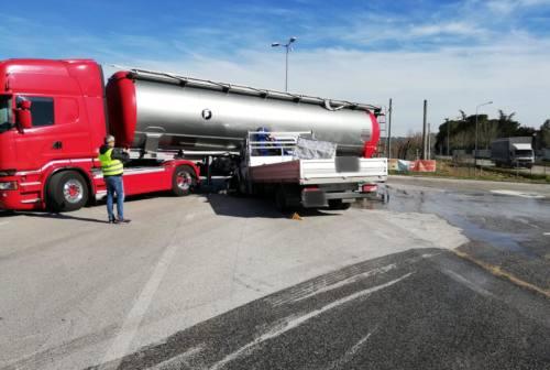 Schianto da brivido, furgone si incastra sotto un camion: conducente miracolato