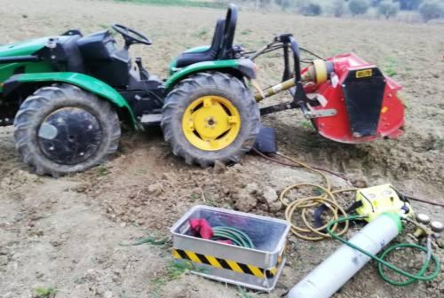 Resta incastrato con la gamba sotto il trattore, disavventura per un agricoltore