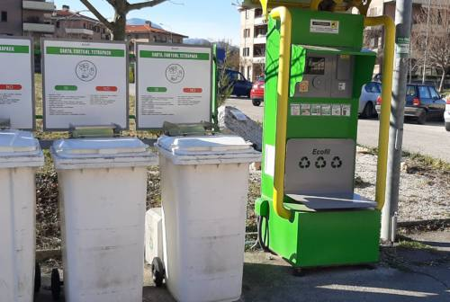 Fabriano: l'isola ecologica davanti al cippo commemorativo delle Foibe