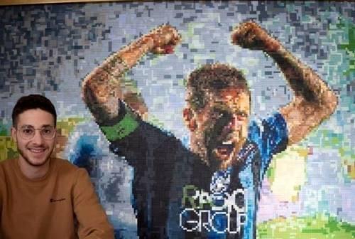 """Lo jesino Giacomo Gobbi celebra il """"Papu"""" Gomez con un puzzle di mattoncini Lego"""