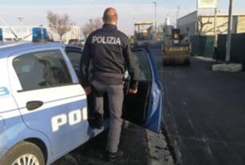 Ruba un mezzo d'opera, inseguito dai poliziotti