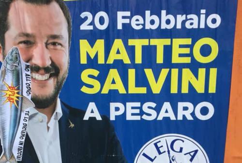 Pesaro, manifesti di Salvini strappati e con svastiche. La Lega locale: «Incivili»