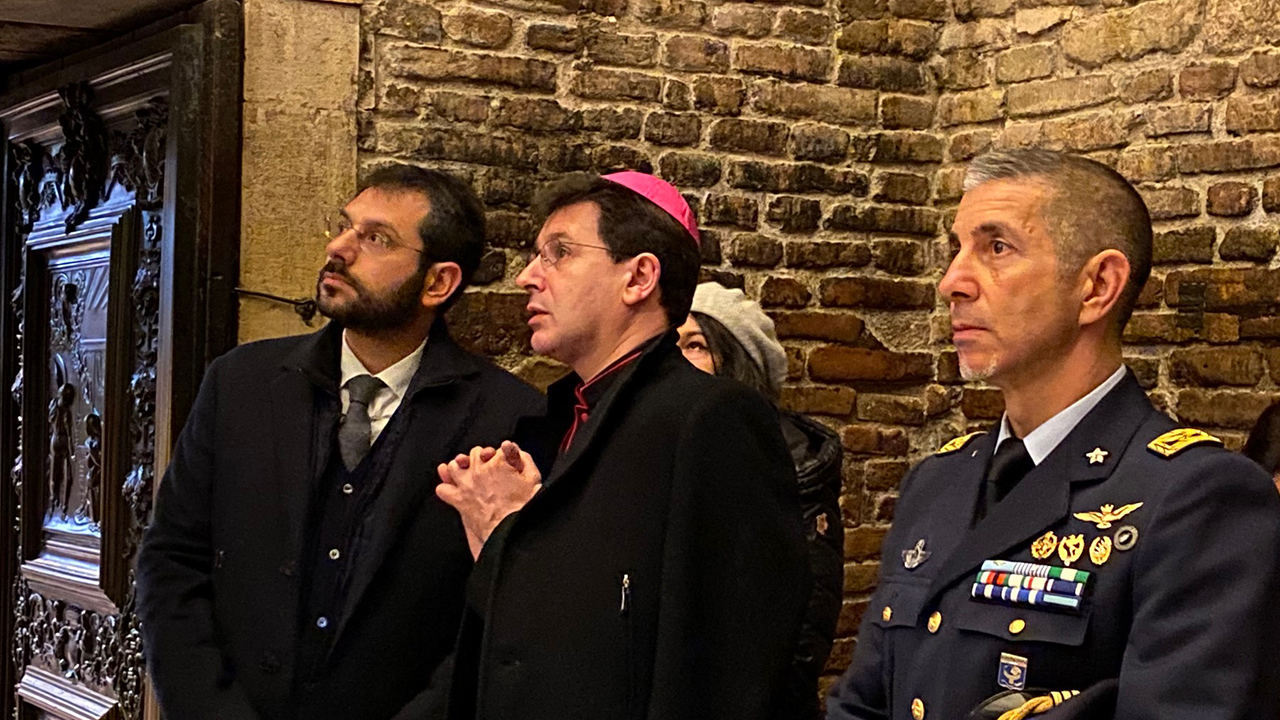 Angelo Tofalo, il sottosegretario di Stato alla Difesa, in visita alla santa Casa con l'arcivescovo Fabio Dal Cin