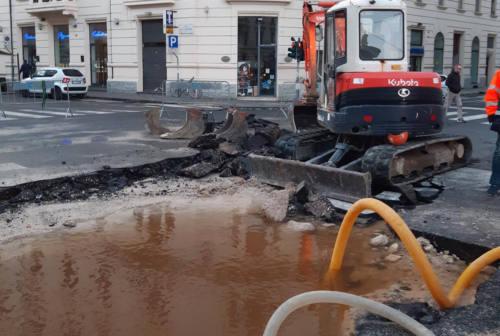 Si rompe tubatura: mezza città senza acqua, anche l'ospedale Salesi