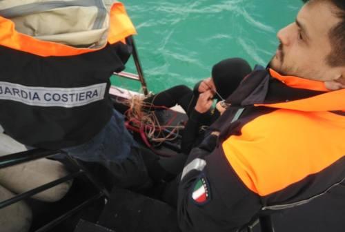 Rimane impigliato con le cime del kitesurf: 34enne soccorso dalla Guardia Costiera