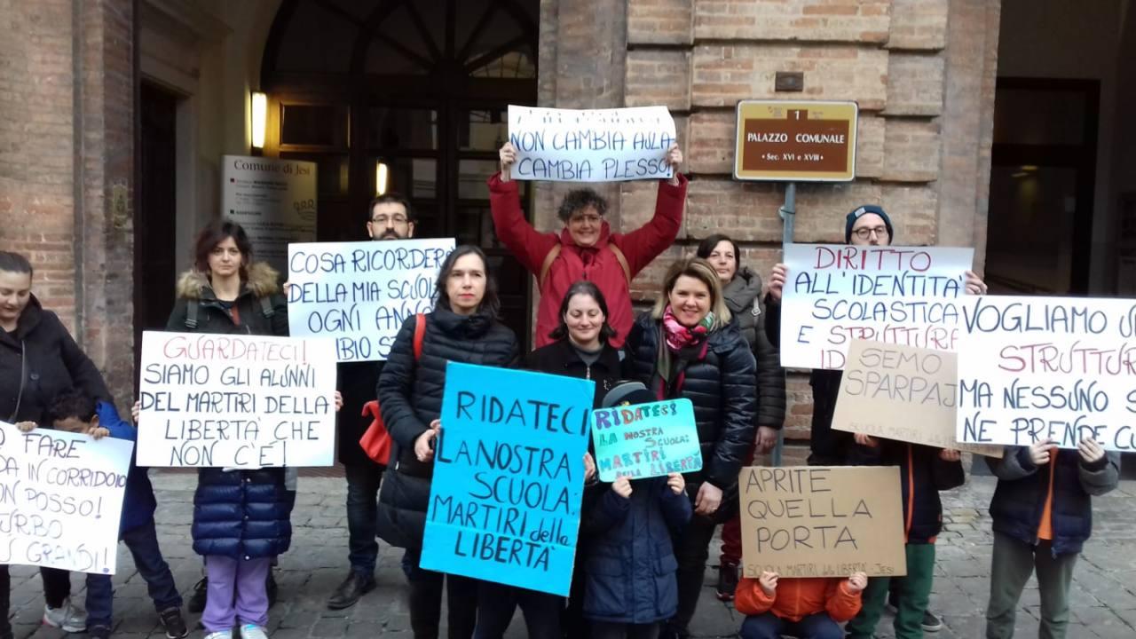 La protesta di genitori e alunni