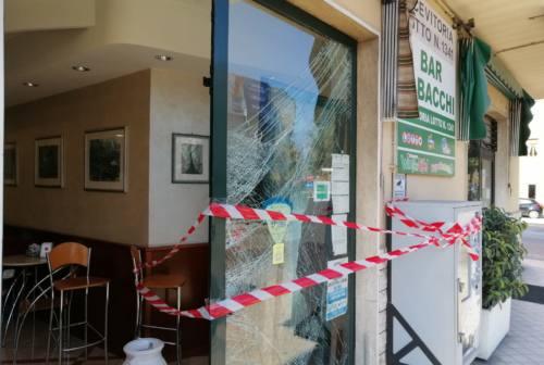Pesaro, camion come ariete contro il bar. Ladri in fuga con la slot machine