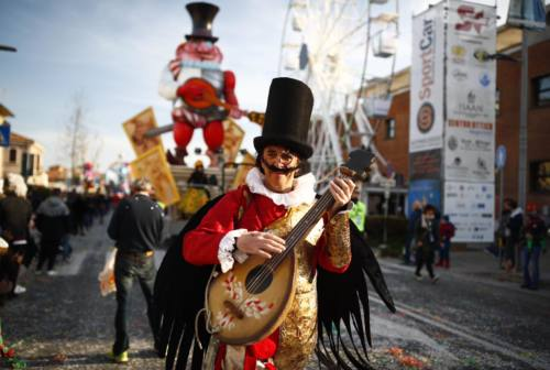 Fano, buona la prima per il Carnevale tra carri, maschere e dolci
