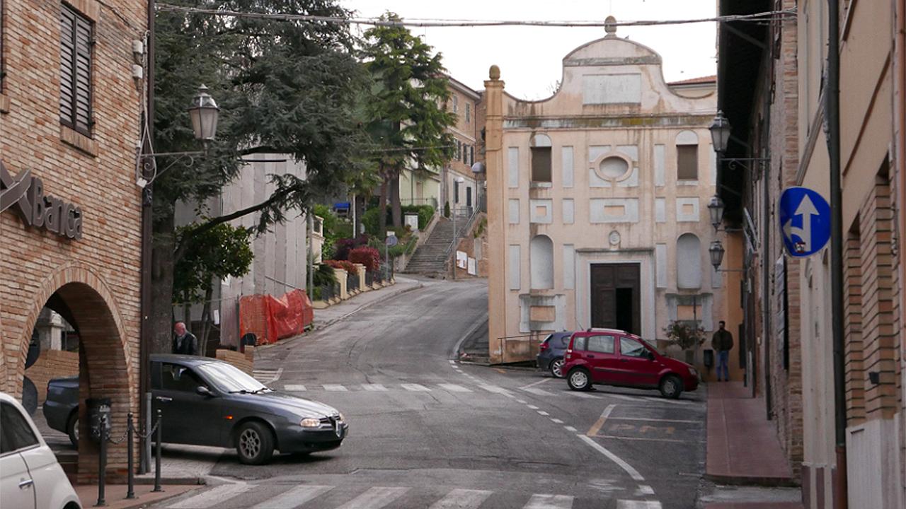 Castelleone di Suasa: la chiesa del SS. Crocifisso e i lavori per la nuova mensa all'ex palestra in piazza Principe di Suasa