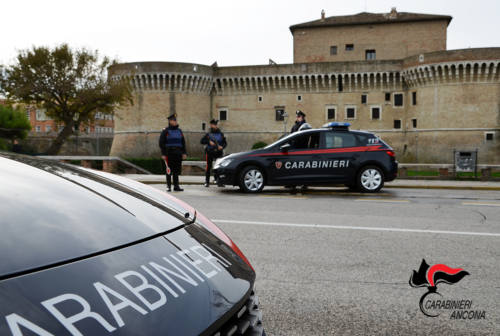 Senigallia, lancia due bici contro i carabinieri: arrestato parcheggiatore abusivo
