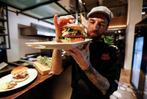 """L'hamburger di Carlo Giambertone, chef del """"Paradise"""" di Monsano, primo al Master Burger Cup"""
