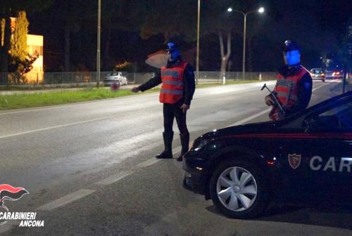 Montemarciano: in macchina di notte, alticcio e con due coltelli. Denunciato e multato