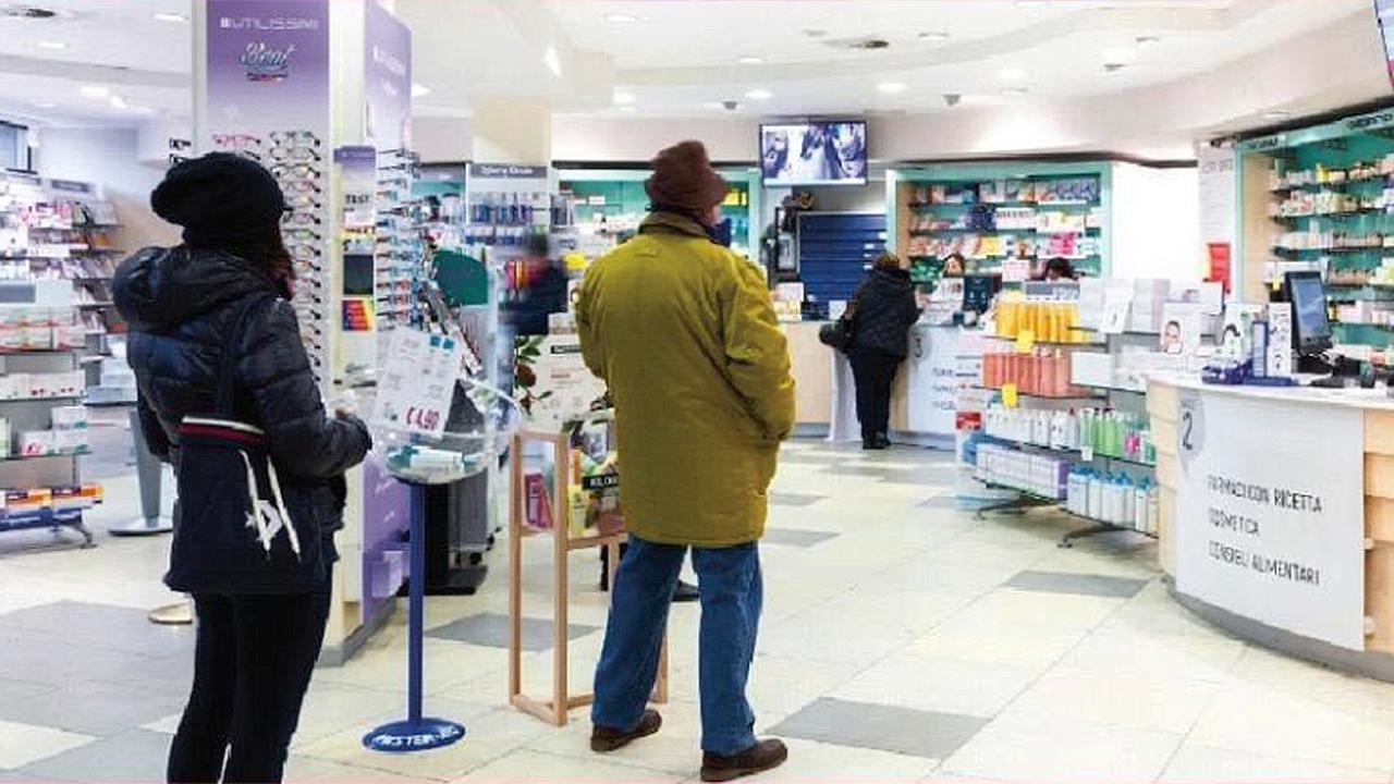 I cittadini in fila nelle farmacie per le precauzioni contro il coronavirus
