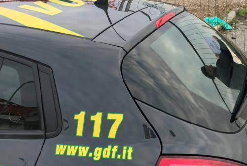 Maxi blitz della Guardia di Finanza, 320 mila mascherine non a norma: controlli anche a Civitanova