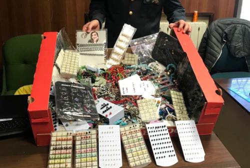 Blitz al mercato settimanale: sequestrati 2500 articoli di bigiotteria non a norma
