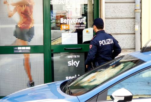Ritrovo di spacciatori e alcolisti: giù le serrande della sala scommesse di Corso Carlo Alberto