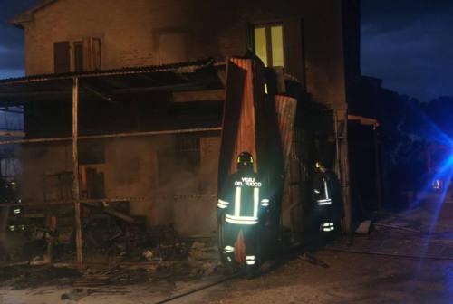 Incendio a Chiaravalle, distrutto un capanno agricolo