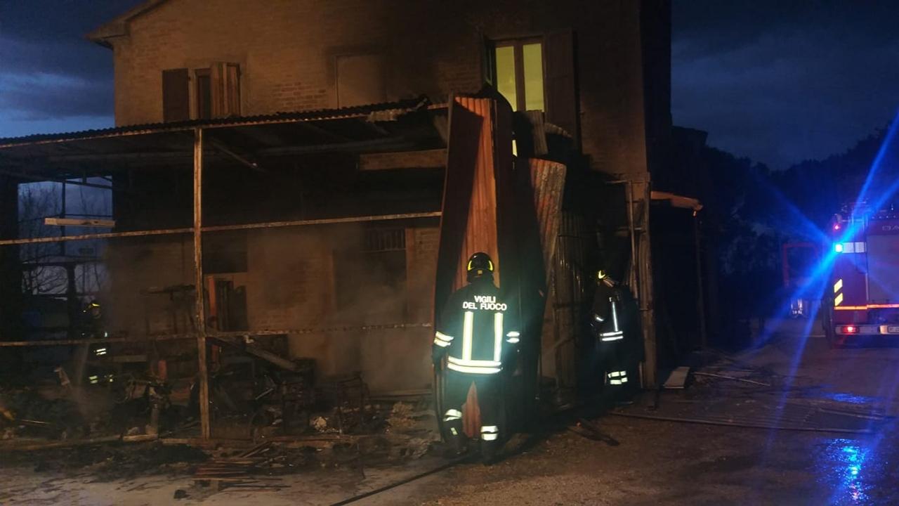 Un incendio ha devastato un capanno agricolo a Chiaravalle