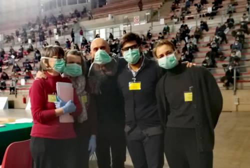 Primo giorno di scuole chiuse nelle Marche. Carica di infermieri in mascherina al concorso di Torrette